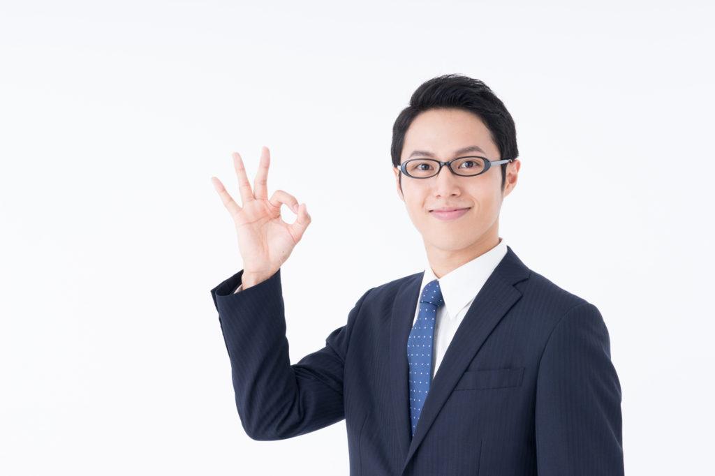 指で丸を作るサラリーマン