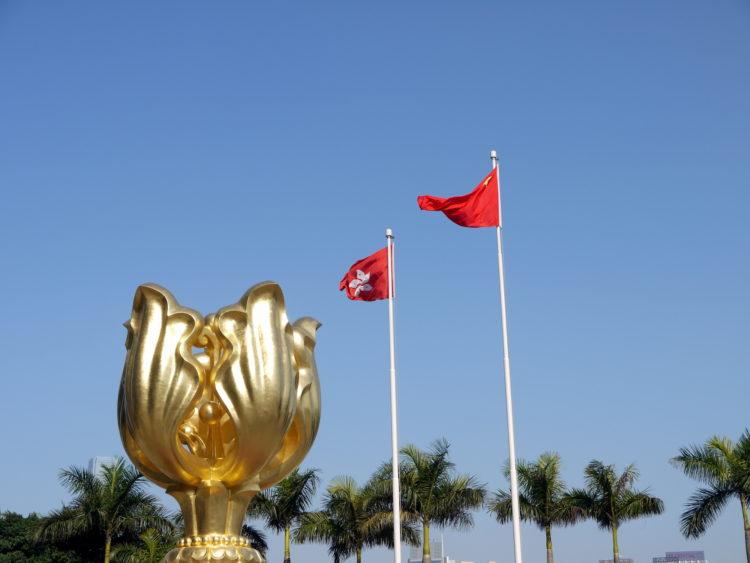 香港の旗と中国の旗