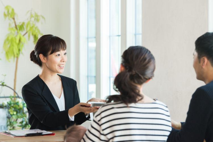 保険受取人を自由に設定できるサンライフの生命保険を紹介するセールスレディ