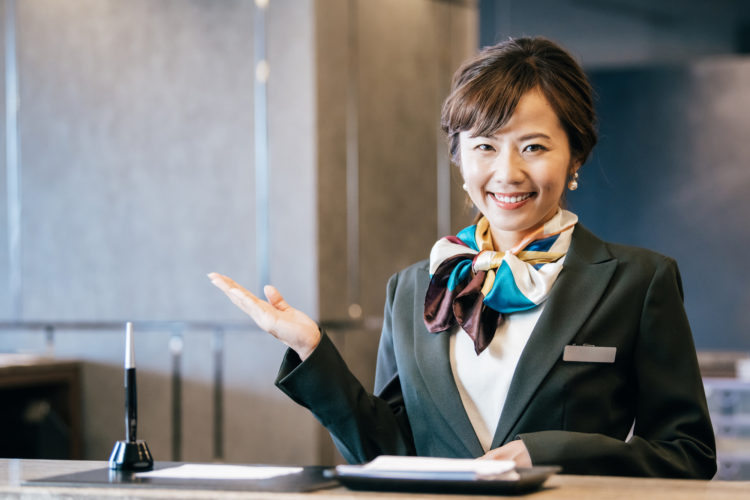 HSBC香港の口座を開設するメリットを解説する女性