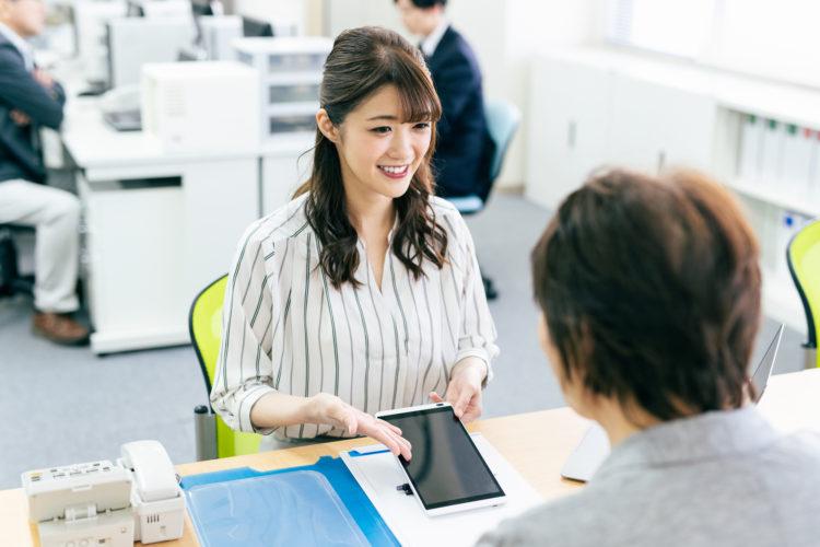 日本からのHSBC香港への送金手数料を提示する女性