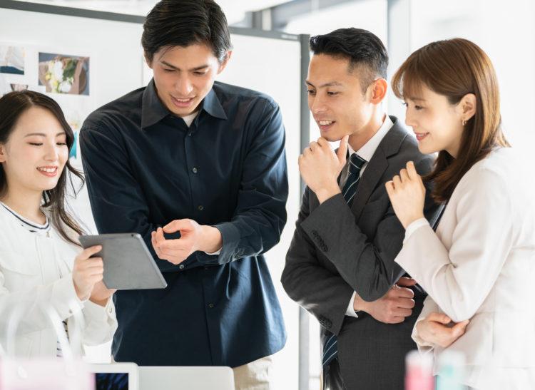 サンライフ香港社発!保険受取人を自由に設定できる生命保険を検討する男女