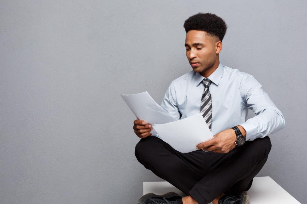 書類を読む男性