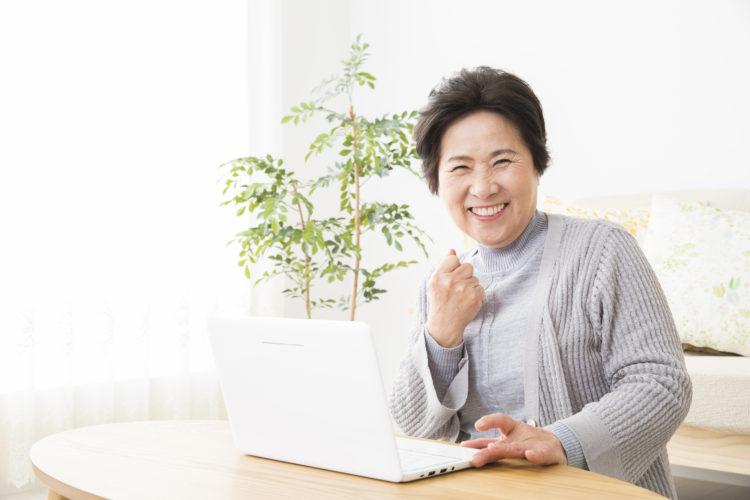 喜ぶ妙齢の女性