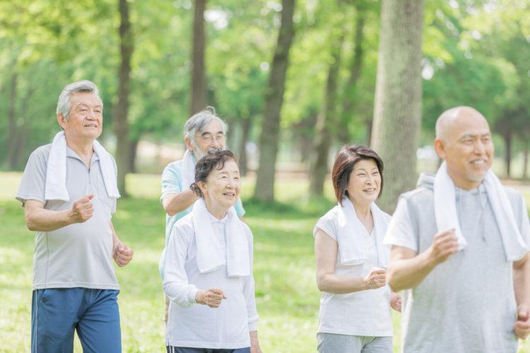 ウォーキングをする高齢者