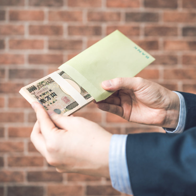 銀行員が手数料を稼ぐ方法を表す写真
