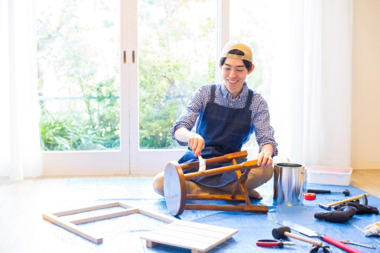 木工をする男